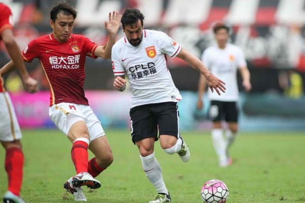 Hebei China Fortune forward Ezequiel Lavezzi (middle)