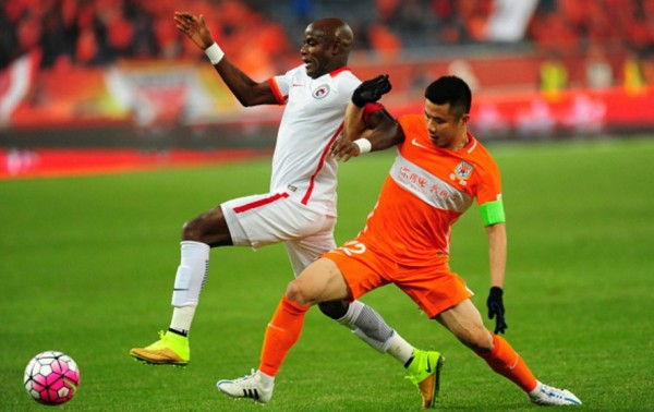 Liaoning Whowin captain James Chamanga (L)