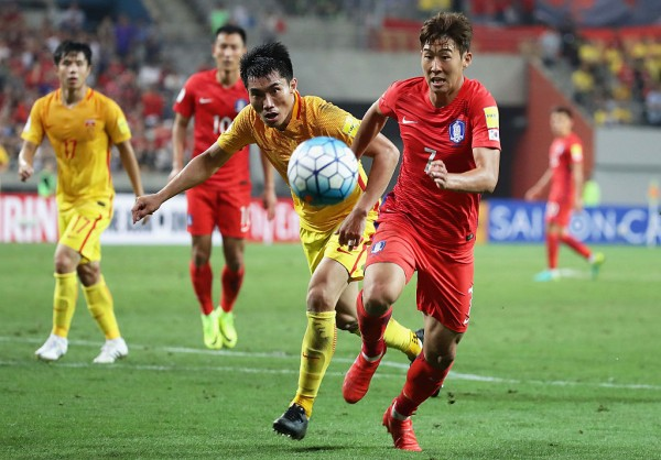 China's Zheng Zhi (L) and South Korea's Son Heung-min competes for the ball