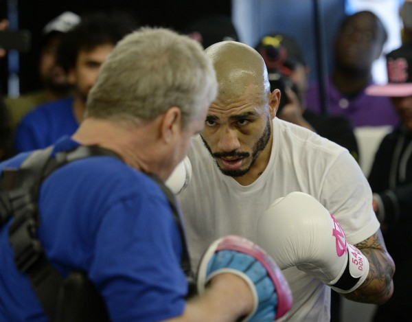 Miguel Cotto (R) and Freddie Roach
