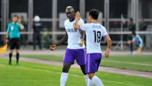 Tianjin Teda striker Mbaye Diagne (L) and defender Bai Yuefeng